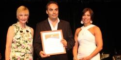 Susana Villanueva y Thelma Martinez entregan el reconocimiento a Gianluca Nurchis, Gerente Residente- Viva Wyndham Dominicus Palace