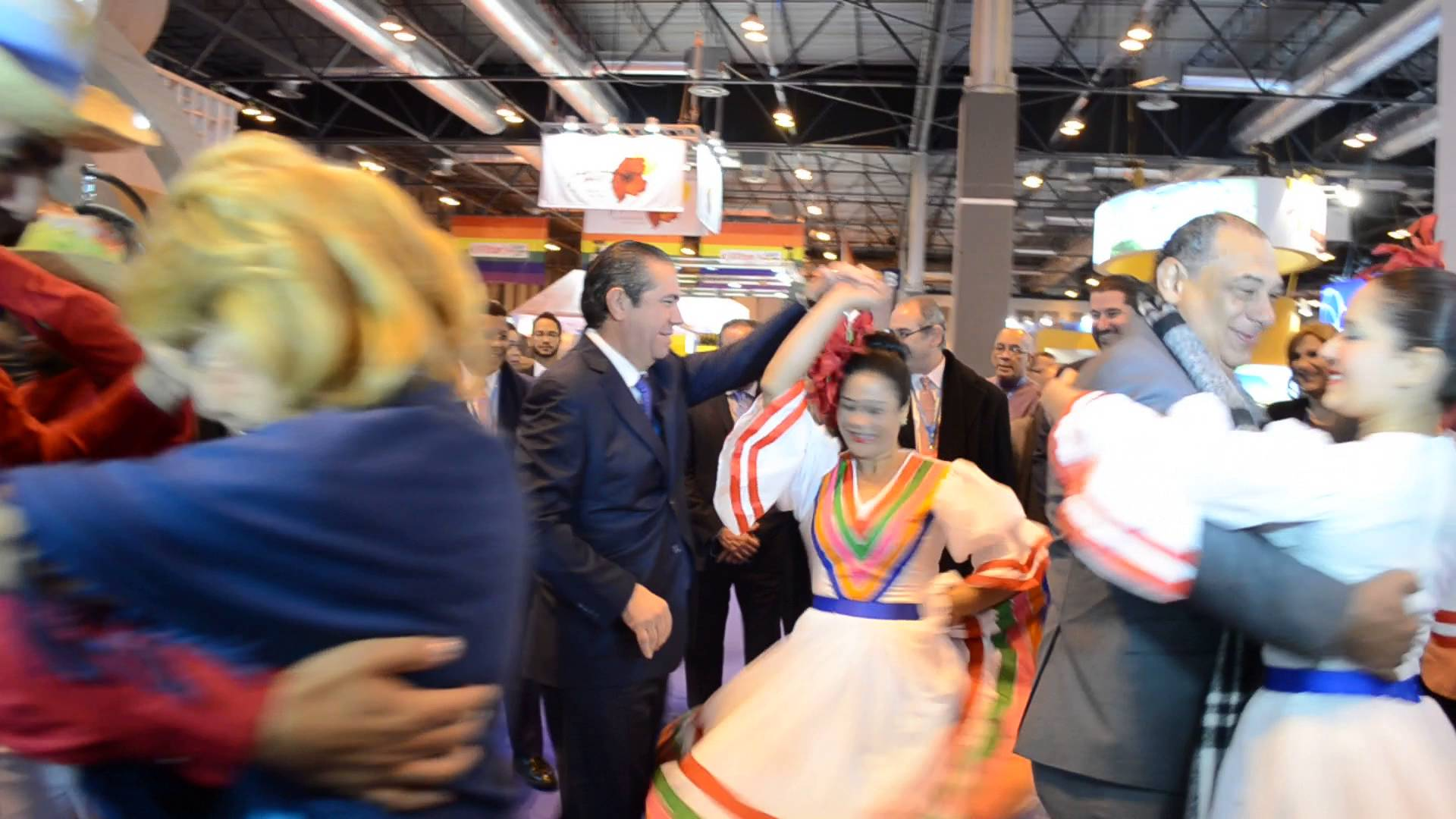 Ministro García se luce bailando un contagioso merengue
